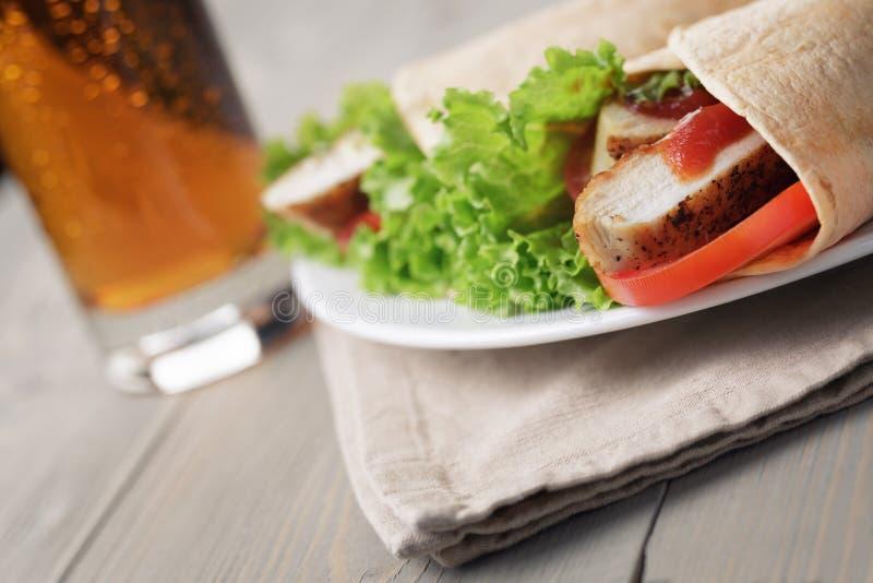 Download ?wie?o Robi? Tortilla Opakunki Z Kurczakiem I Warzywami Zdjęcie Stock - Obraz złożonej z post, napój: 41955430