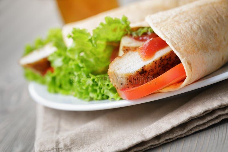 Download ?wie?o Robi? Tortilla Opakunki Z Kurczakiem I Warzywami Zdjęcie Stock - Obraz złożonej z jedzenie, tło: 41955434