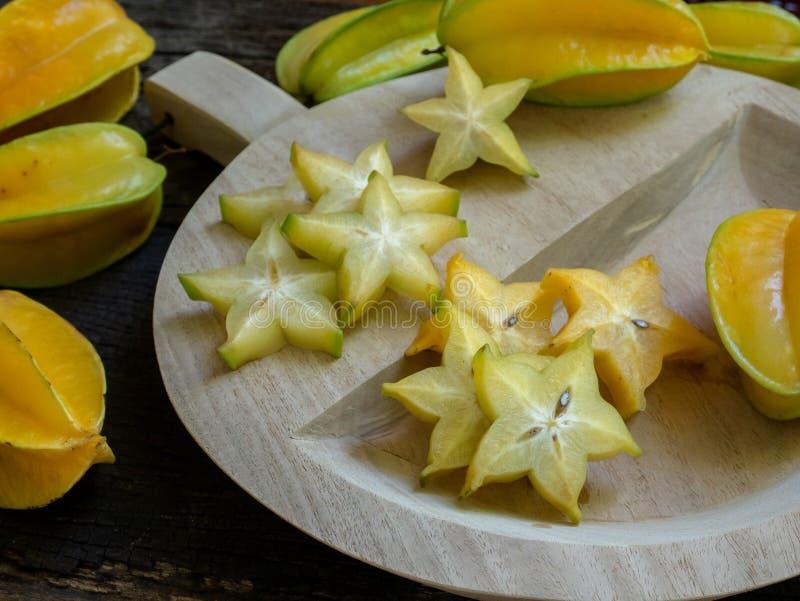 ?wie?a organicznie r?ni?ta gwiazdowa owoc na drewnianej ciapanie desce zdjęcie royalty free