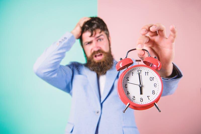 Wie viel Zeit bis Frist verlie? Zeit zu arbeiten Gesch?ftsmann-Griffuhr des Mannes b?rtige stressige Konkurrenzf?higer junger Man lizenzfreie stockfotos
