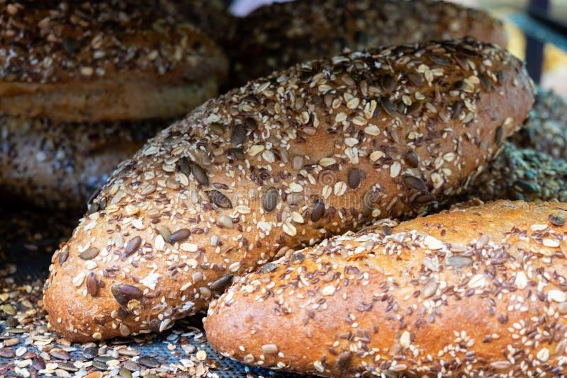 ?wie?y brown chleb z sezamowymi i s?onecznikowymi ziarnami dla sprzeda?y przy lokalnymi rolnikami wprowadza? na rynek obraz stock
