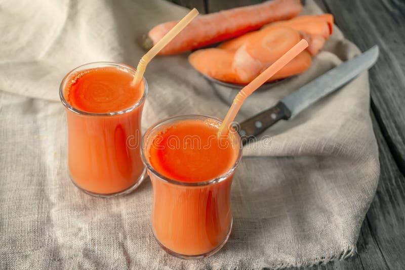 ?wie?y domowej roboty marchwiany sok w dwa szklanej fili?anki zdjęcia royalty free