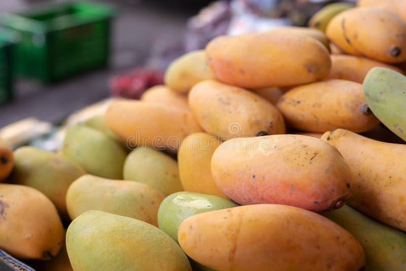 ?wie?y mango w rynku zdjęcie royalty free