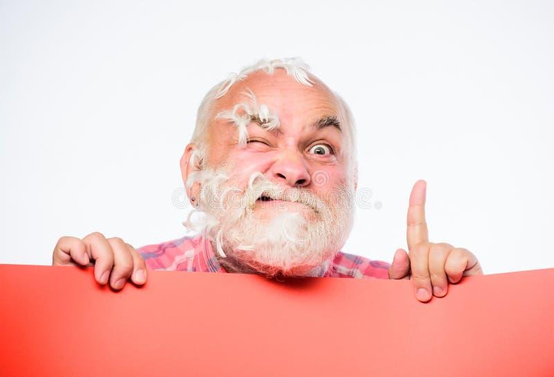 ?wie?y pomys? Starszy brodaty mężczyzny miejsca zawiadomienie na sztandarze szokujący dojrzały mężczyzna z piórko szarość włosy r obrazy stock