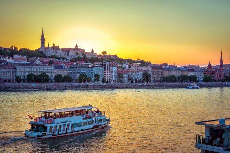 Wieczór pejzaż miejski Budapest z Danube rzeką i zmierzchu niebem obrazy royalty free