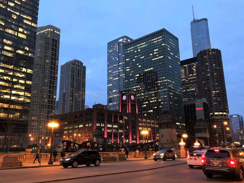 Wieczór widok Wacker przejażdżka w Rzecznym Północnym sąsiedztwie, Chicago fotografia stock