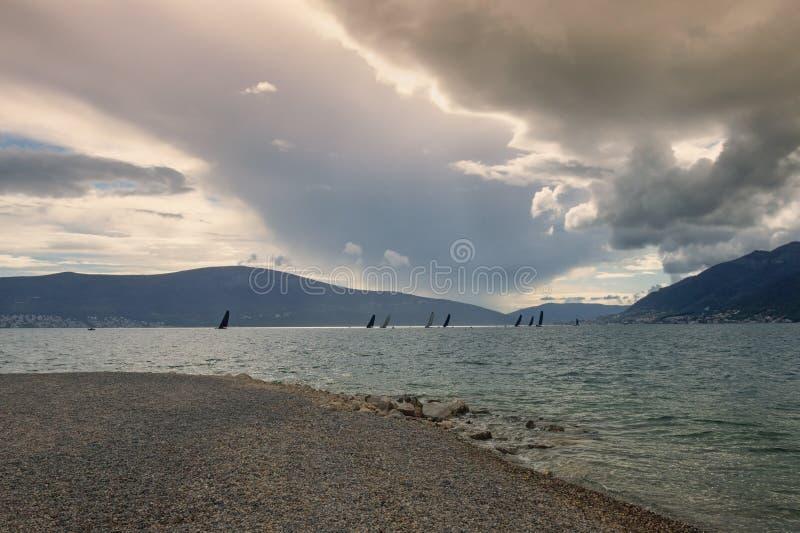 Wieczór Śródziemnomorski krajobraz z linią żaglówki na wodzie Montenegro, zatoka Kotor obrazy royalty free