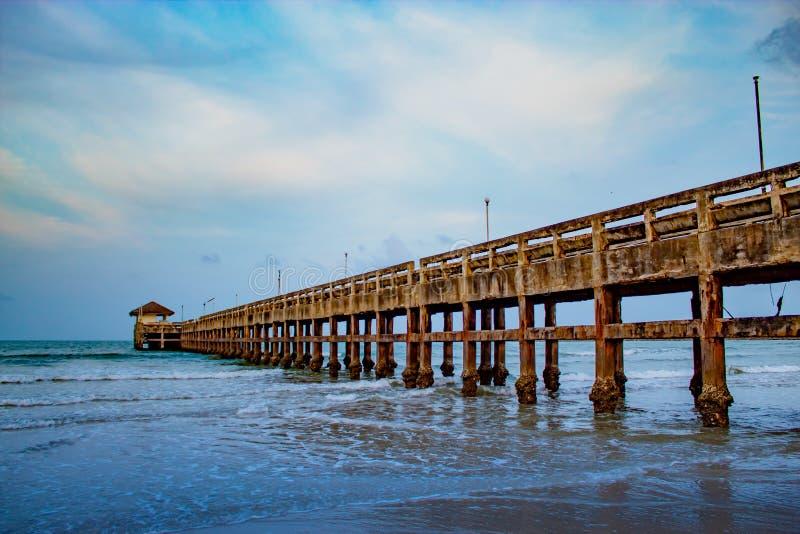 Wieczór światła mola plaża Saplee Chumphon zdjęcia stock