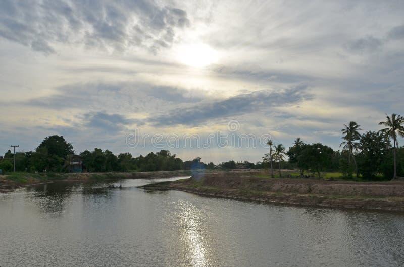 Wieczór światło słoneczne nad kanałem w wsi zdjęcie royalty free