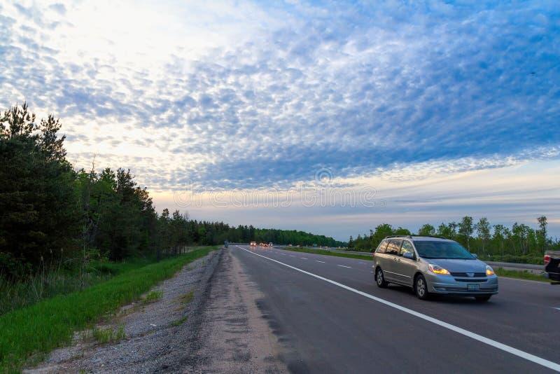 Wieczór autostrady ruch drogowy obraz royalty free