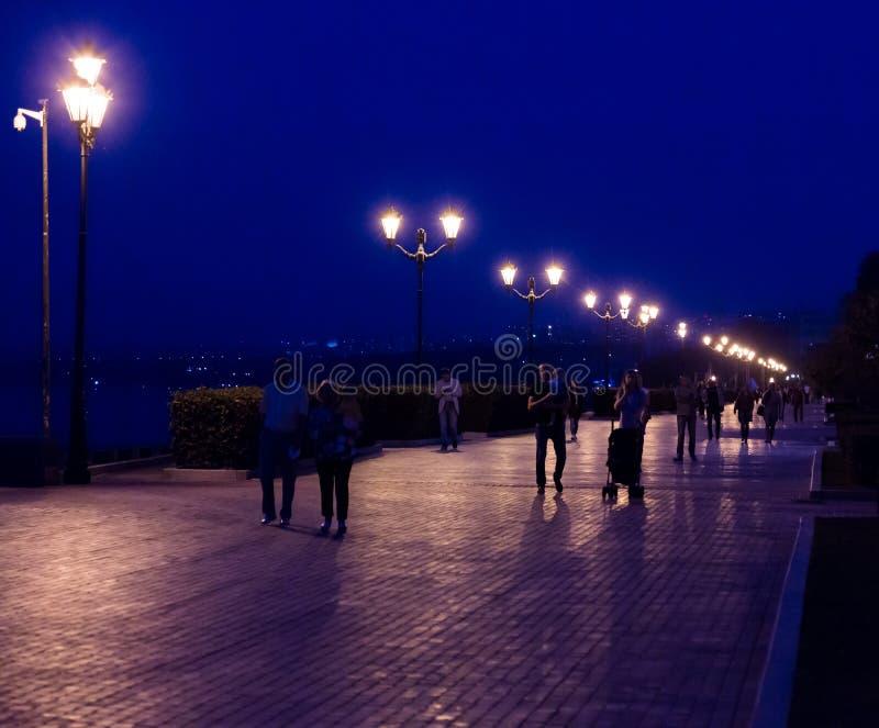 Wieczór deptak w mieście Samara, Rosja Uliczny oświetlenie przy półmrokiem obraz stock