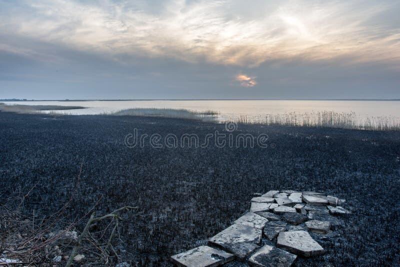 Wieczór jezioro i zniszczona droga obrazy royalty free