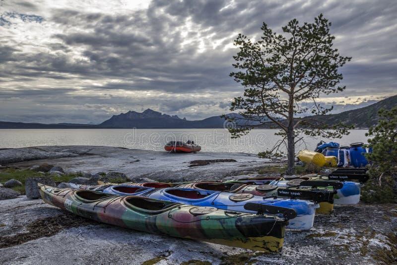 Wieczór, kajaki na plaży obrazy royalty free