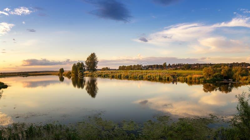 Wieczór lata krajobraz z wioską i górą, Rosja, Ural zdjęcie royalty free