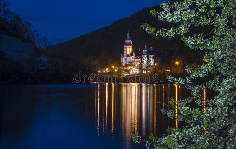 Wieczór Lillafured pałac z okwitnięcia drzewem fotografia royalty free