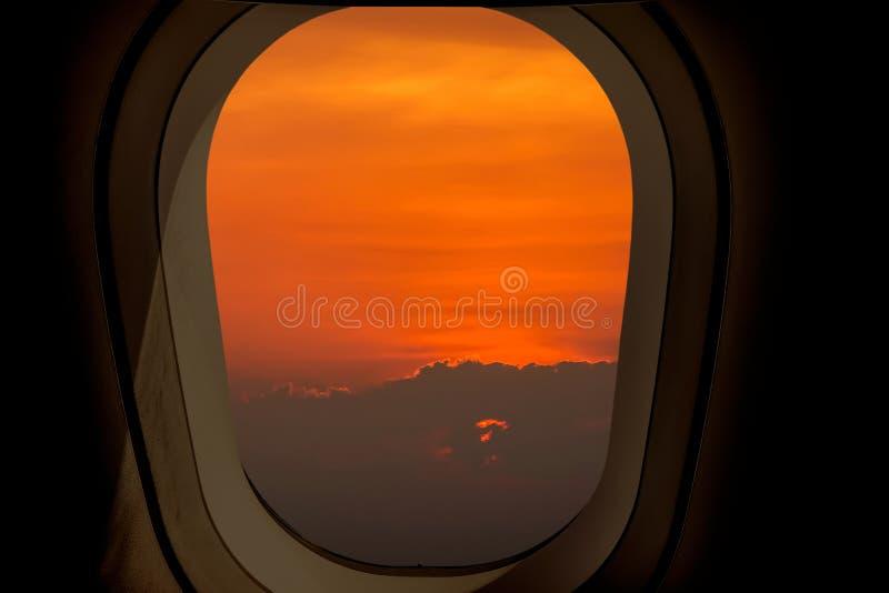 Wieczór lot na mrocznym niebie, zadziwiający widok od samolotowego okno w niebie z ciemnej kopii przestrzenią dla teksta fotografia stock