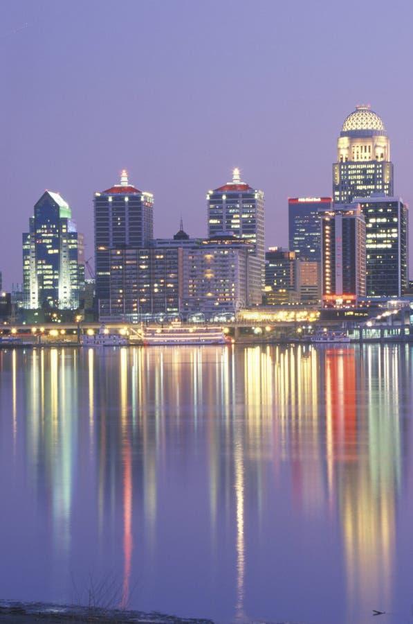 Wieczór na rzeki ohio i Louisville linii horyzontu, KY strzelał od Indiana fotografia stock