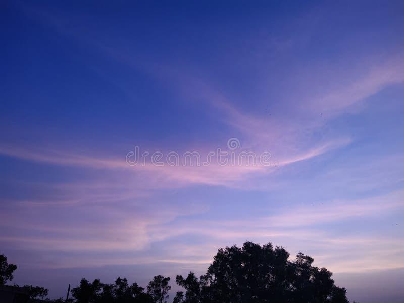 Wieczór niebo i Zadziwiający Kolorowy niebo obrazy royalty free