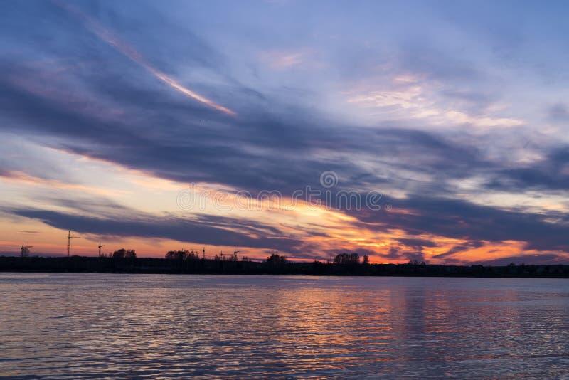 Wieczór niebo nad nawadnia rzeka zdjęcie royalty free