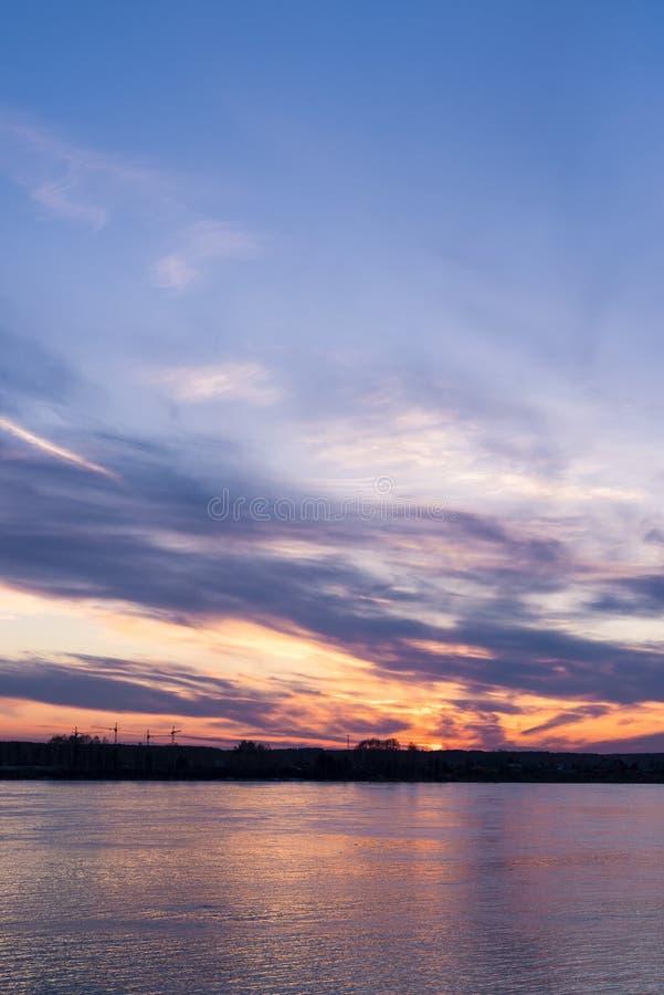 Wieczór niebo nad nawadnia rzeka fotografia stock