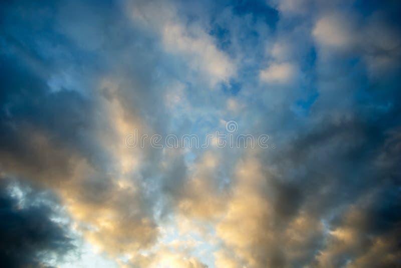 Wieczór niebo, powolne chmury przy zmierzchem fotografia royalty free
