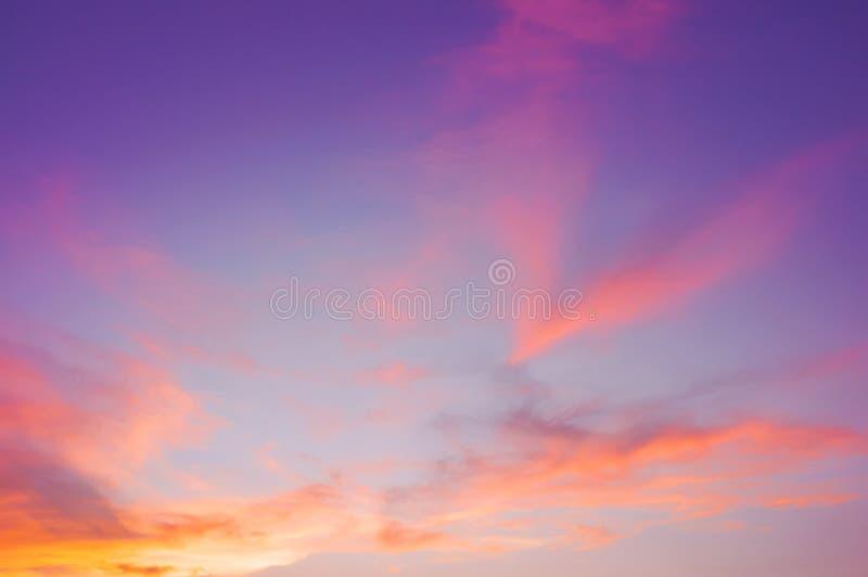 Wieczór niebo z obłocznym purpur, menchii, ultrafioletowego i pomarańczowego zmierzchu nieba tłem, Piękny naturalny nieba tło lub obrazy royalty free