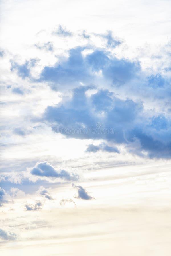 Wiecz?r niebo z zmrokiem chmurnieje zanim deszcz, zmierzch zdjęcia stock