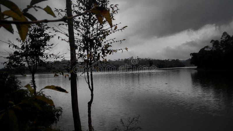 wieczór ponuractwa jezioro fotografia stock