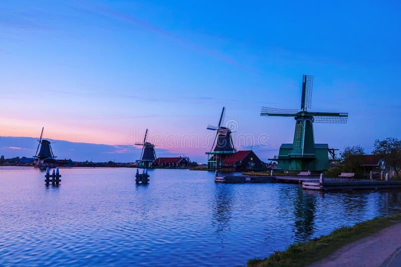 Wieczór Rzeczny Zaan z Holenderskimi wiatraczkami w Zaandam obrazy royalty free