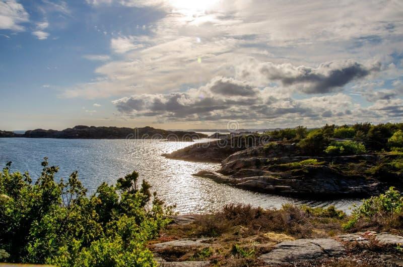 Wieczór słońce nad Flekkeroya Seascape z skalistymi brzeg fotografia stock
