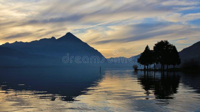 Wieczór scena przy jeziornym Thun, Mt Niesen obrazy stock