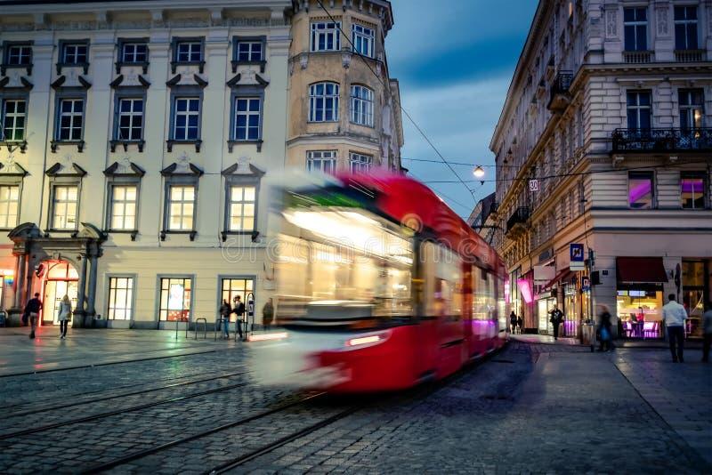 Wieczór tramwaj w centrum Linz, Austria obraz royalty free