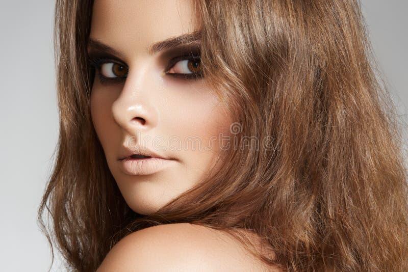 wieczór włosy długa uzupełniająca wellness kobieta zdjęcia stock