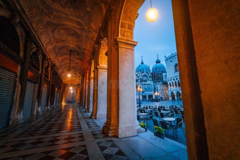 Wieczór widok bazylika Di San Marco i dzwonnica przez ulicznego łękowatego korytarza na San Marco w Wenecja, Włochy obraz royalty free