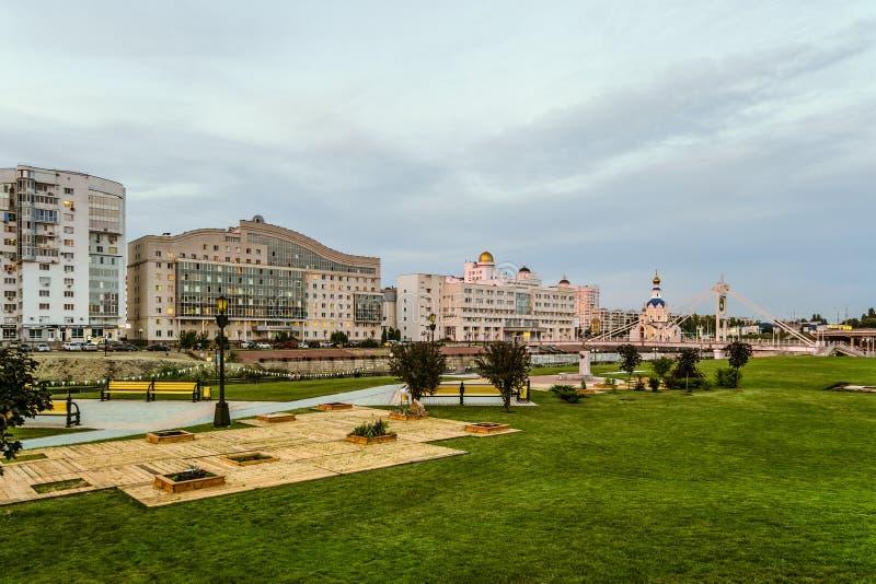 Wieczór widok Belgorod stanu uniwersyteta banka i schroniska mieszkaniowy sąsiedztwo Zwyczajny most nad rzecznym ` Vez obrazy stock