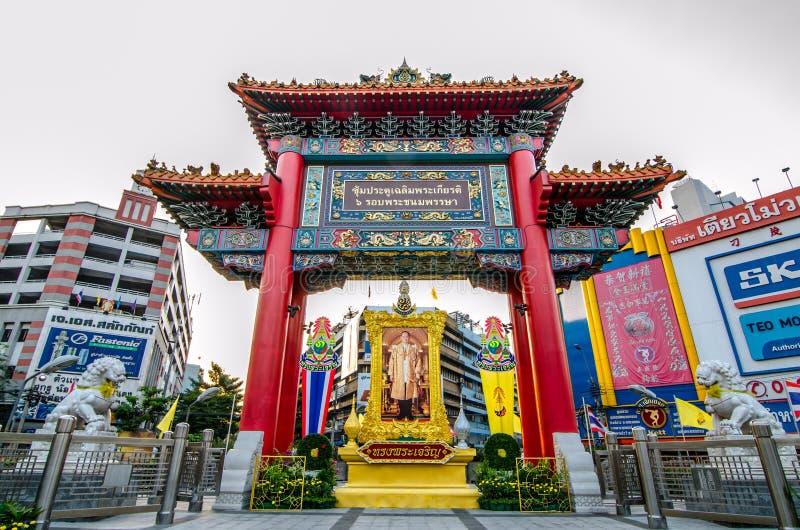 Wieczór widok Chinatown łuk zaznacza początek sławna Yaowarat droga zdjęcia royalty free
