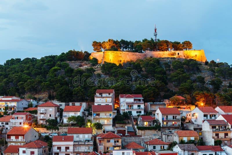Wieczór widok dom Sibenik i St John ` s forteca od St Michael ` s fortecy obraz stock