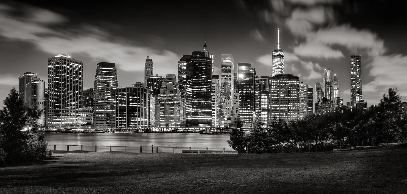 Wieczór widok lower manhattan drapacze chmur przez mosta brooklyńskiego parka w Czarnym & Białym obrazy stock