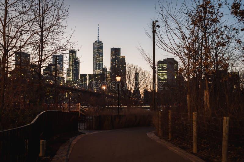 Wieczór widok most brooklyński Manhattan śródmieście i fotografia royalty free