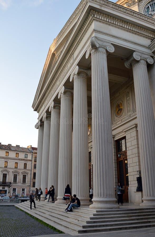 Wieczór widownia zbiera na zewnątrz neoklasycznej filharmonii obraz royalty free