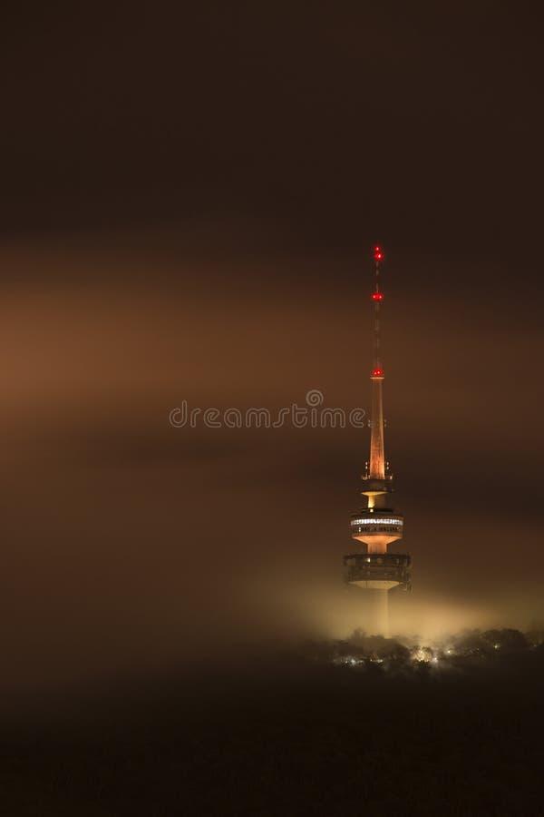 Wieczór zaświecający wierza w mgle fotografia royalty free