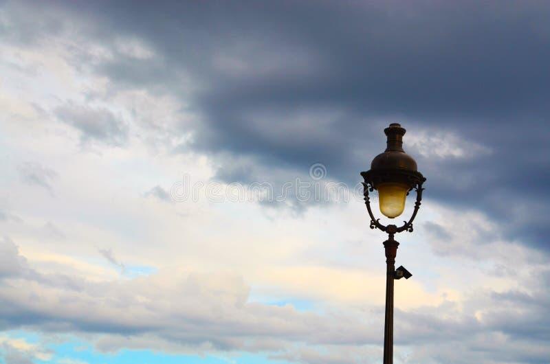 Wieczór zmierzch i stara latarnia uliczna obrazy royalty free