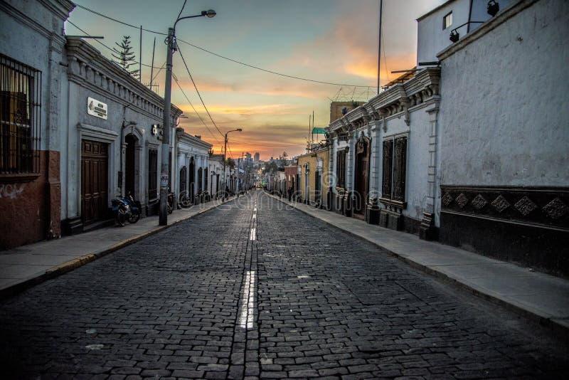 Wieczór zmierzch na ulicznym Lisboa fotografia royalty free