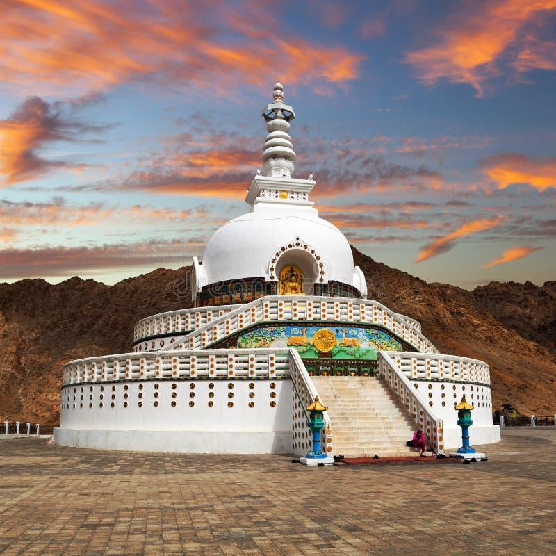 Wieczór zmierzchu widok Wysoka Shanti stupa blisko Leh obrazy stock