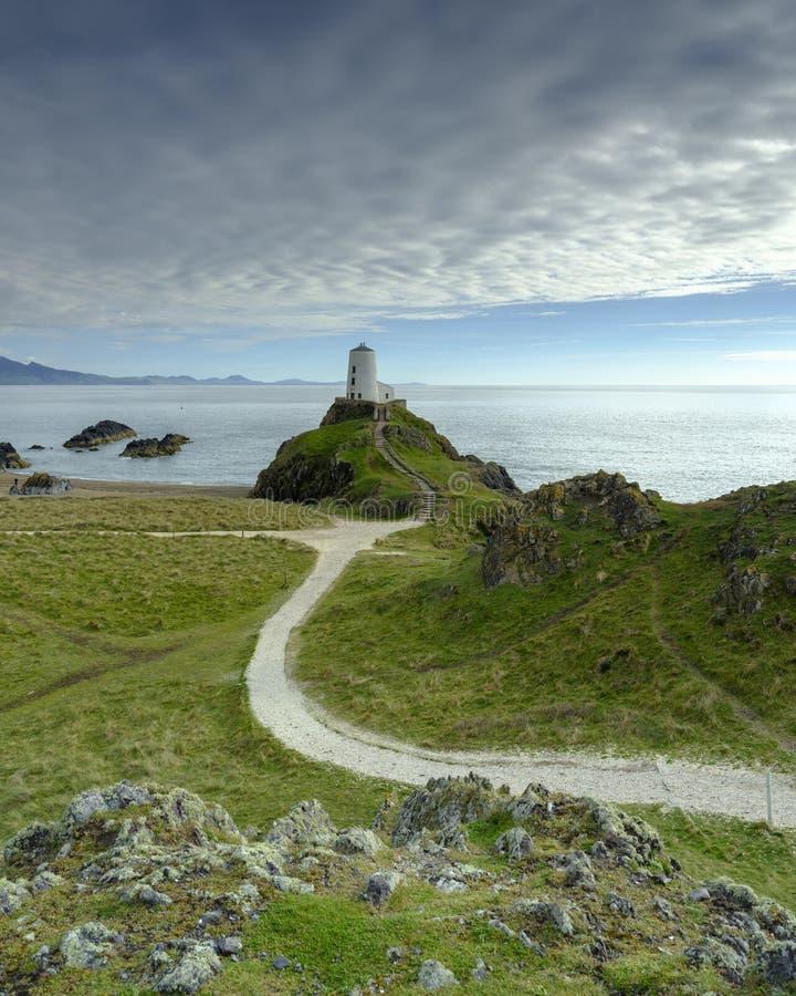 Wiecz?r ?wiat?o na Twr Mawr Lekkim domu na Llanddwyn wyspie, Anglesey, UK obraz stock