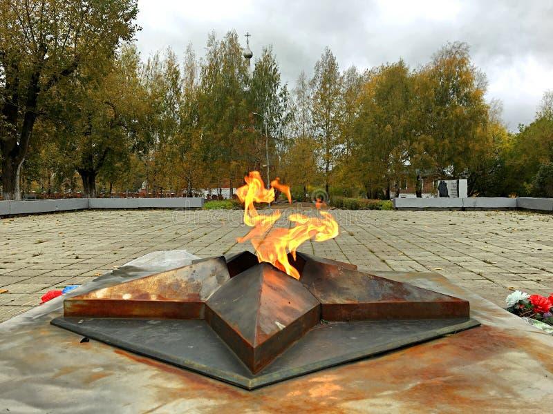Wiecznie płomień przed świątynią obrazy stock