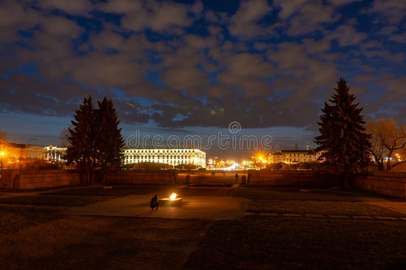 Wiecznie p?omienia wojenny pomnik przy polem Mars w ?wi?tym Petersburg, Rosja zdjęcie stock