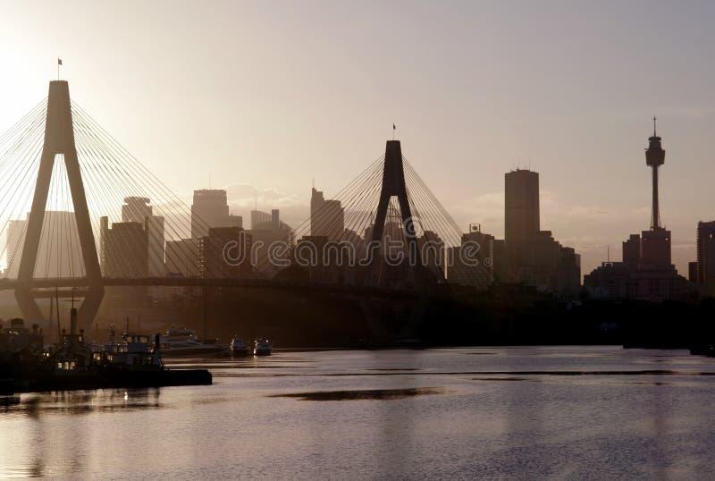 wieczorem anzac most światło obrazy stock