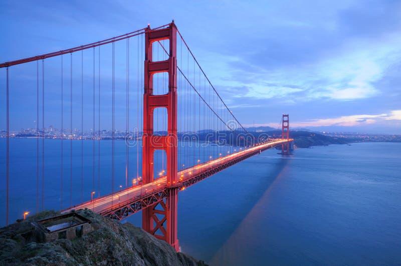 wieczorem bridge wrót złoty lśnią obraz royalty free
