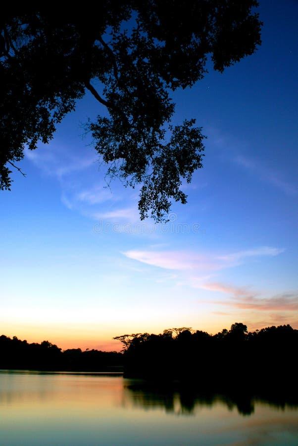 wieczorem niebo jeziora. zdjęcia royalty free